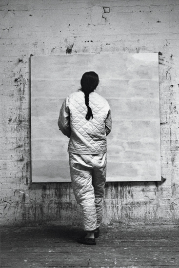 Agnes Martin working in her studio (1960)