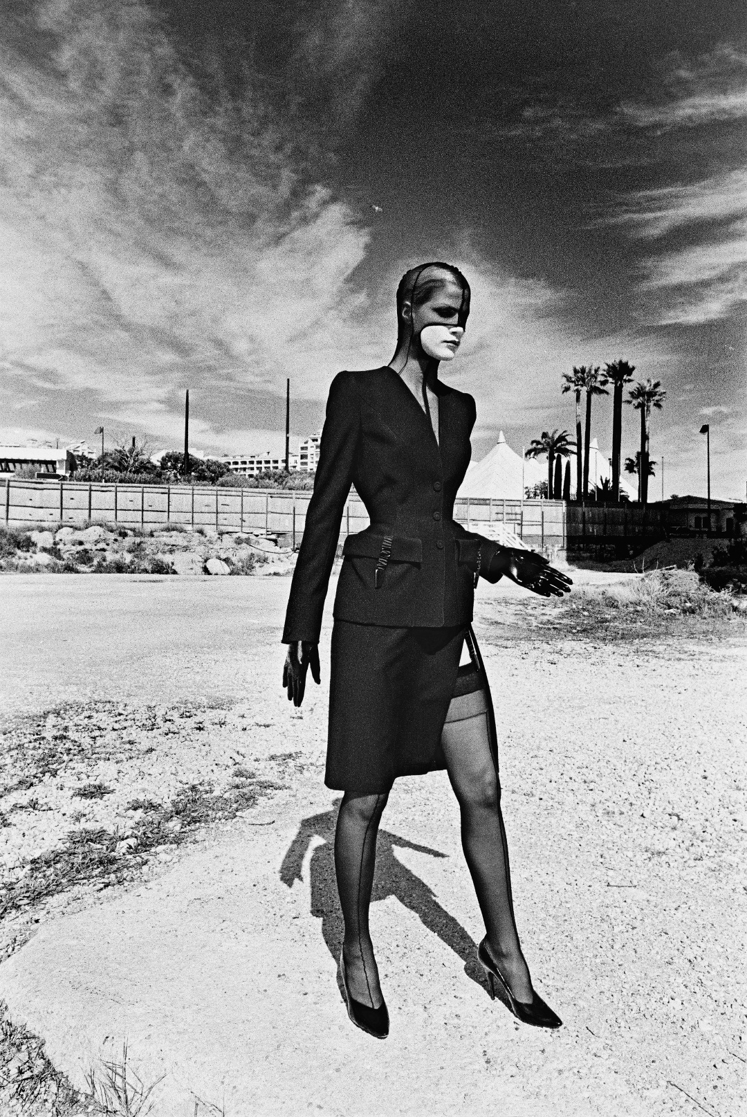 Helmut Newton, photo shoot for the catalogue of the collection Lingerie Revisited, Monaco, 1998. Photo: © The Helmut Newton Estate. Outfit: Thierry Mugler, Lingerie Revisited collection, prêt-à- porter fall/winter 1998–1999.