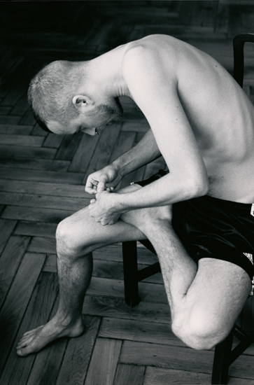 Wolfgang Tillmans, Anders pulling splinter from his foot (2004)