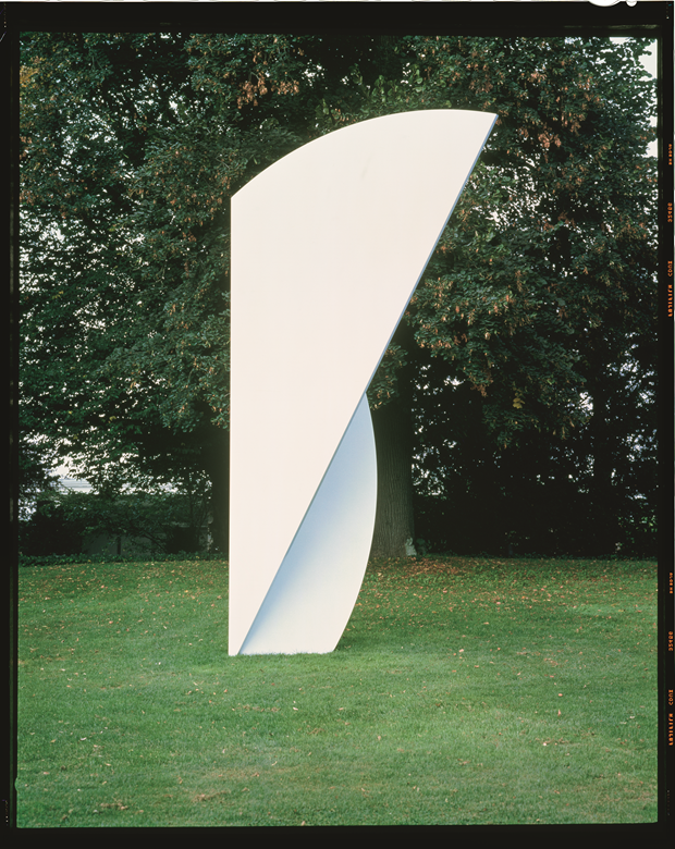 White Curves, 2001, painted aluminum and stainless steel, 234 x 131 7/8 x 49 1/2 inches, 594.4 x 335 x 125.7 cm. Photo credit: courtesy Fondation Beyeler, Basel. From Ellsworth Kelly