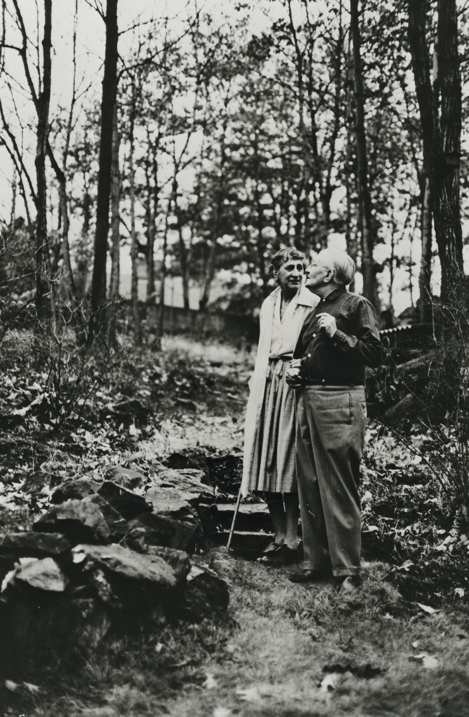 Anni and Josef Albers in the garden of their home at 8 North Forest Circle, New Haven, Connecticut, c. 1967. © Sedat Pakay. Courtesy of the Josef and Anni Albers Foundation