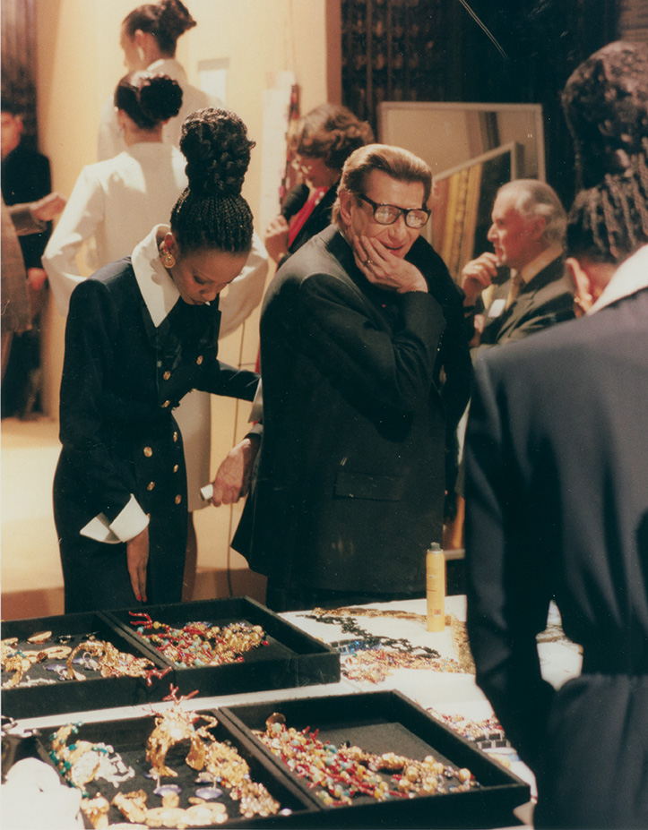 Yves Saint Laurent and model Amalia backstage at the Spring/Summer 2000 haute couture show, Inter-Continental hotel, Paris, January 2000 © Fondation Pierre Bergé – Yves Saint Laurent, Paris/All Rights Reserved
