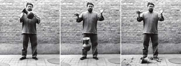 Dropping a Han Dynasty Urn (1995) by Ai Weiwei