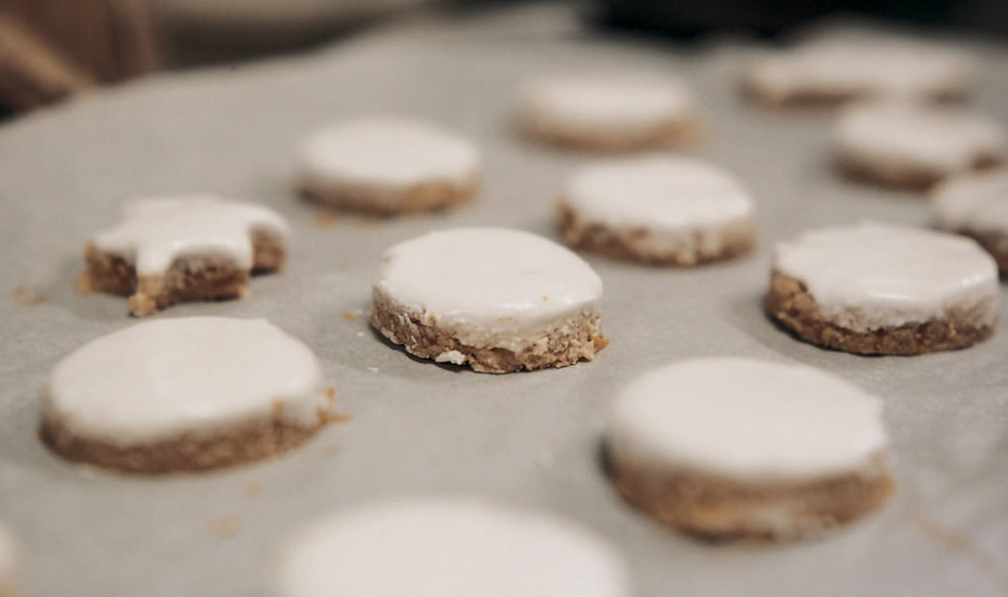 Almond, cinnamon and meringue biscuits