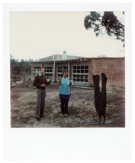 Agnes Martin with Arne Glimcher in front of the studio, Cuba, New Mexico (1974)