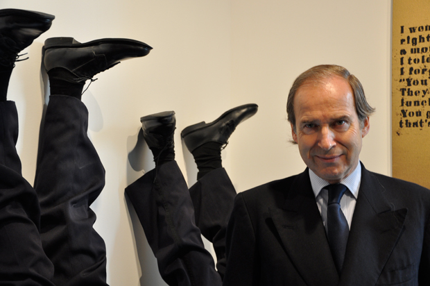 Simon de Pury in front of Maurizio Cattelan's Frank And Jaime