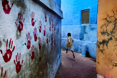 Steve McCurry, Boy in Mid-Flight, Jodhpur, India (2007)