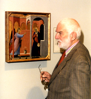 Anthony Caro beside The Annunciation (1307-1308/11) by Duccio di Buoninsegna, 1999