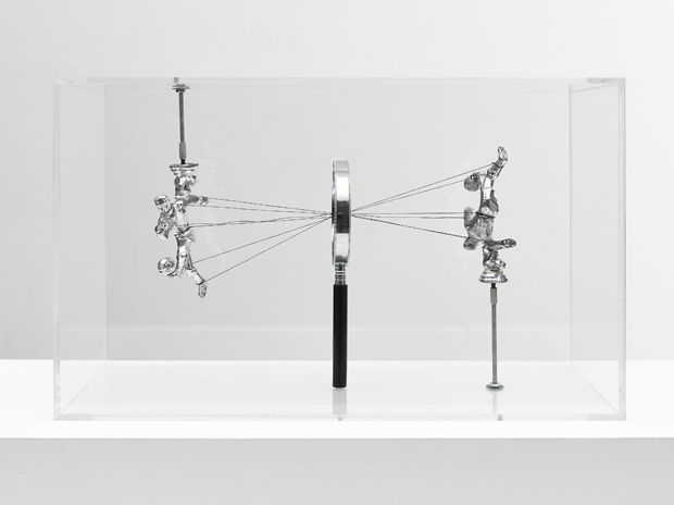 Damián Ortega - How to See 2013, Plexiglas vitrine, magnifying glass, thread and metal figures - Photo: Ben Westoby, Courtesy Freud Museum and London White Cube