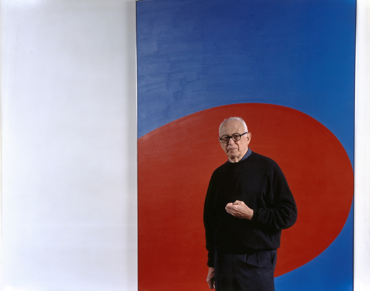 Tina Barney, Ellsworth Kelly, 2002, archival pigment print, 48 x 60 inches, 121.9 x 152.4 cm, Edition of 5. © Tina Barney. All images Courtesy of Paul Kasmin Gallery.