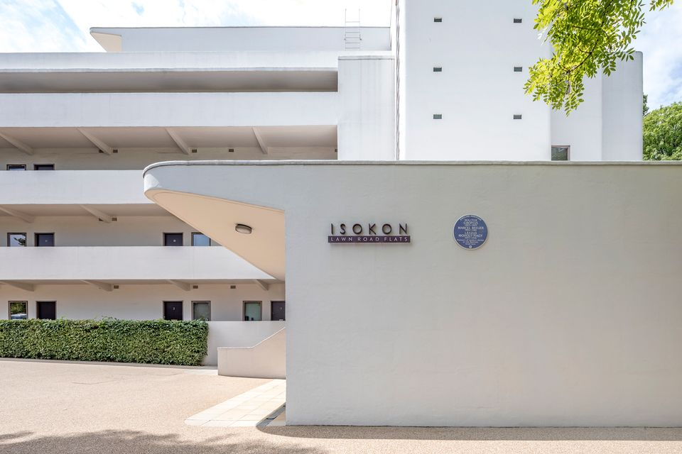 The Blue Plaque on the Isokon Building. Image courtesy of English Heritage