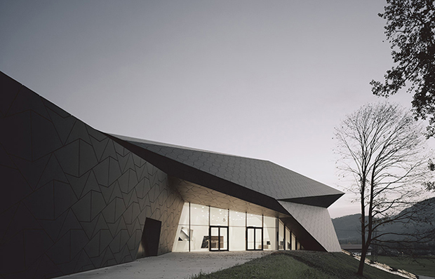 Tyrolean festival venue mimics its surroundings for Festival hall in erl