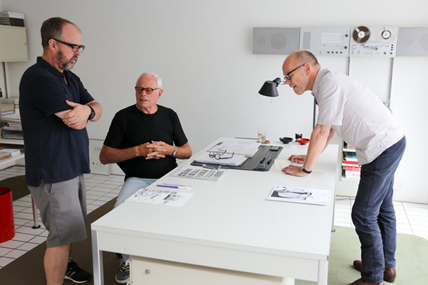 dieter rams and his implication to The record player tp1 -designed four years only after rams joined braun- was a turning point in dieter's works, distinguishing them from the early designs as the phonosuper sk4, conceived at the start of his career for the german manufacturer together with hans gugelot.