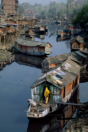 Steve McCurry, Houseboats (1998), Kashmir