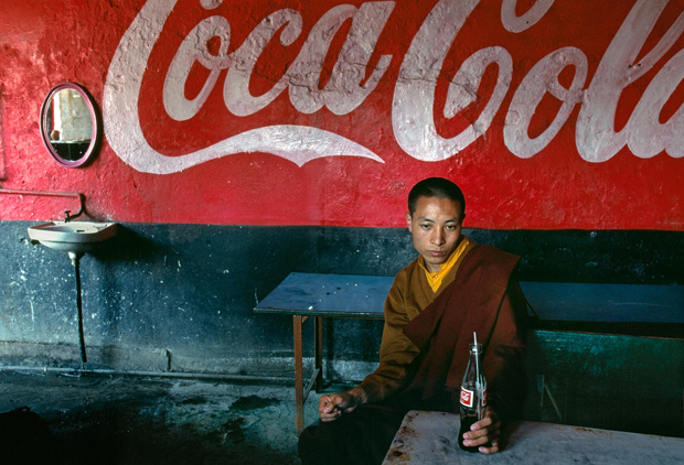 Young monk in a teashop, Bodh Gaya, India 2000 - Steve McCurry