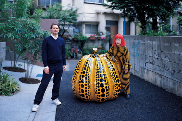 LV's Marc Jacobs with Kusama and one of her pumpkin sculptures