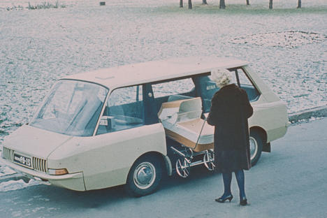 An experimental Soviet taxi, 1964 (by Y. Dolmatovsky, A. Olshanetsky, A. Chernyaev). Image courtesy of the Moscow Design Museum