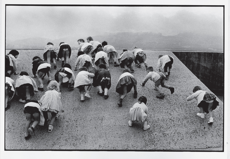 René Burri, Children playing at Unité d'Habitation (1959) Marseille
