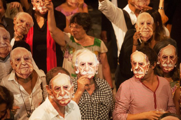 Protestors don Niemeyer masks to save Brasilia