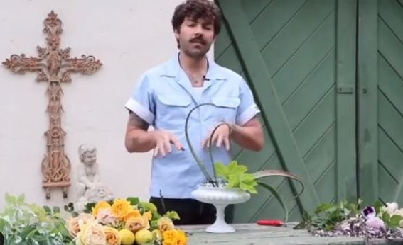 Here's how to make a Putnam & Putnam floral display