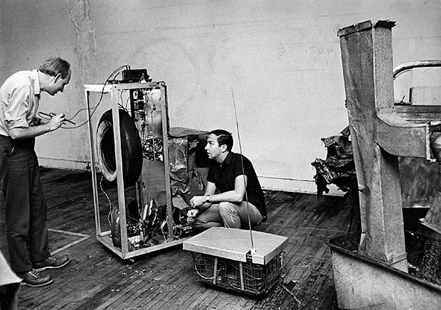 Rauschenberg and Billy Klüver working on Oracle 1965