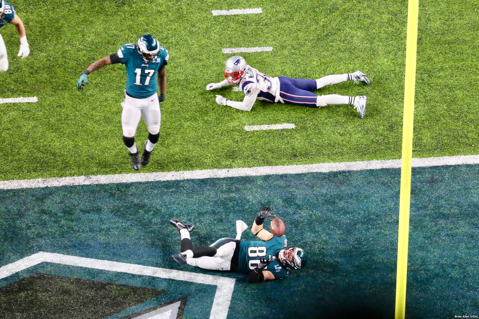 Zach Ertz (centre) of the Philadelphia Eagles after scoring the game-winning touchdown in Super Bowl LII (Brian Allen/VOA)