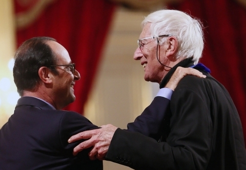 Tomi Ungerer gets a medal from the French president